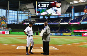 Ichiro_was_presented_the_base_from_