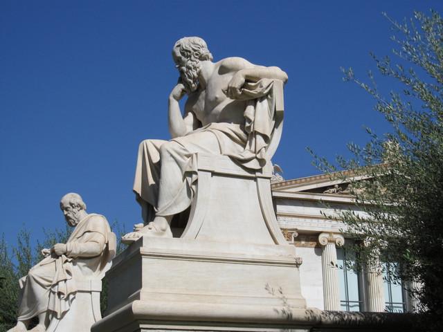 D アカデミーのソクラテスとプラトン像