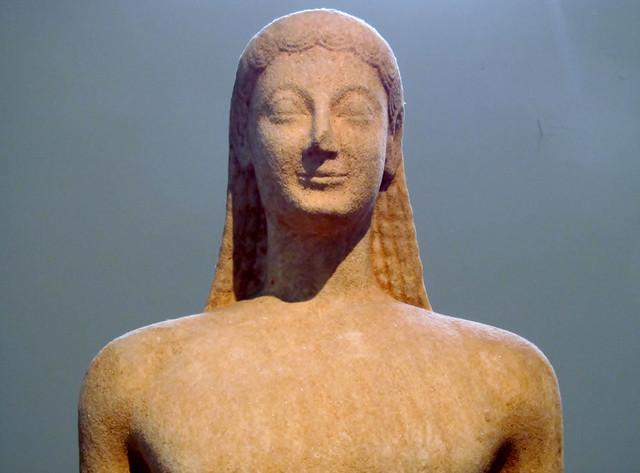 E クーロスのアルカイックスマイル(国立考古学博物館)